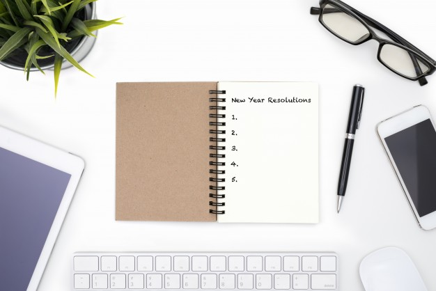 new-year-resolutions-concept-with-white-desk_1357-232.jpg